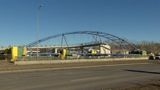 Un pont piétonnier en construction sur une grande route
