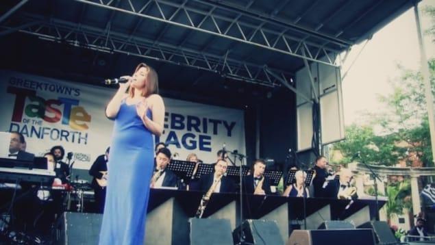 La chanteuse Victoria Leone se produisant sur scène avec le Sheraton Cadwell Orchestra.