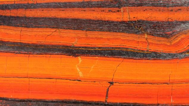 Gisement de fer rubané, dont on voit les différentes strates.