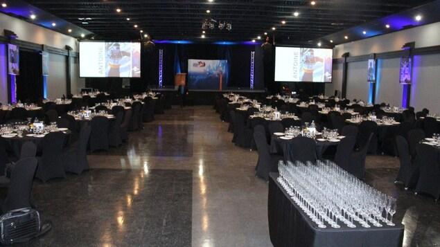 Grande Soirée Fromages et Vins de Loisirs et Sports Côte-Nord au Centre des congrès de Sept-Iles en 2019 : la salle est configurée en formule de réception, avec de nombreux verres à vin sur les tables.