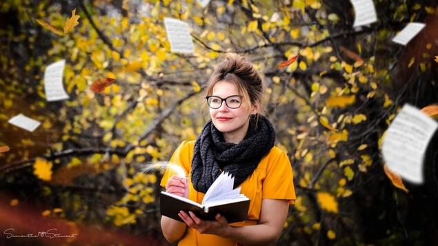 Sonia-Sophie Courdeau tient un livre dans ses mains au milieu d'un léger tourbillon de pages flottantes.