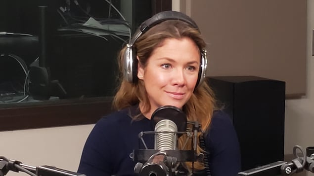 Une femme devant un micro de radio