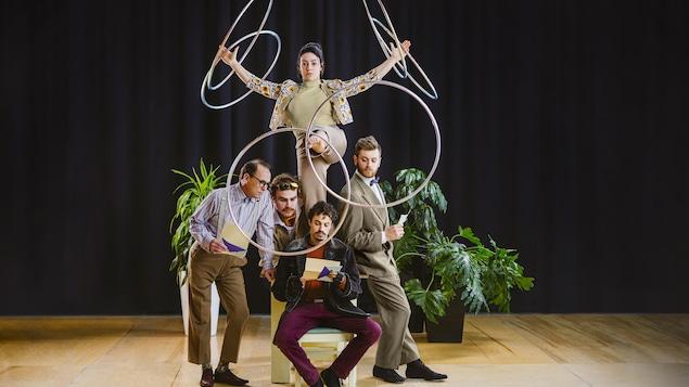 Les artistes du spectacle Six degrés, en plein mouvement, avec des cerceaux.