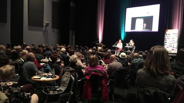 Lancement de la programmation du Centre des arts de Baie-Comeau (on aperçoit des spectateurs assis dans la salle)