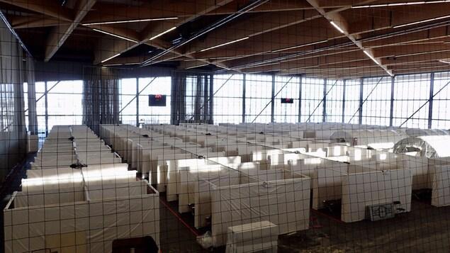 Les cubicules servant de chambres individuelles dans la zone-dortoir du stade, disposés en rangées.