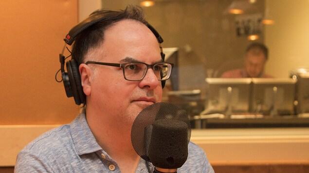 Le chroniqueur, scénariste et auteur Stéphane Dompierre accorde une entrevue.