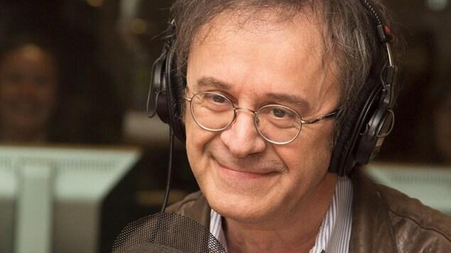 Stéphane Laporte sourit au micro d'ICI Première.
