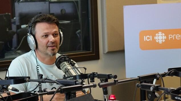 Le kinésiologue, Stéphan Ouimette, dans un studio de radio.