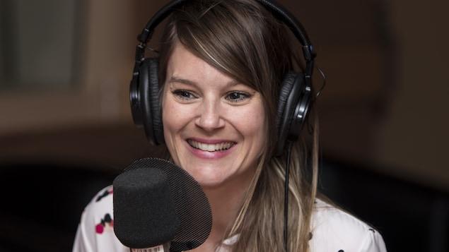 Elle sourit au micro