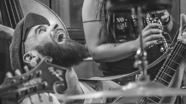 Le musicien Alex Kinouk du groupe Stompin'Trees.