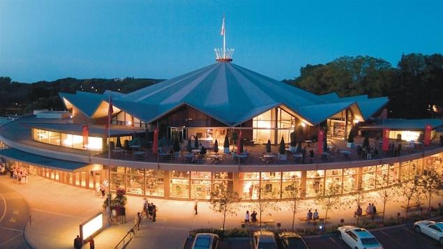 Le Festival Theatre à Stratford en Ontario, illuminé en début de soirée.