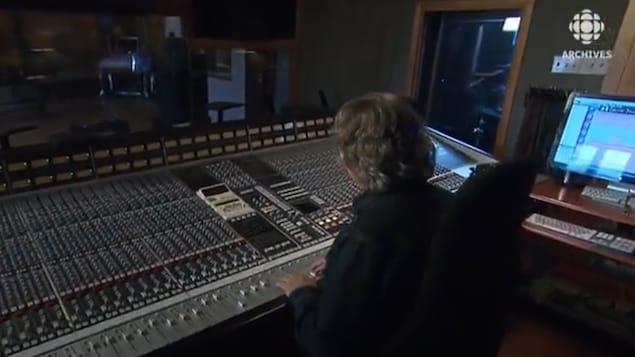 Gaétan Pilon, le propriétaire du Studio Victor, aux commandes de la console d'enregistrement.