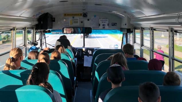 Des élèves à bord d'un autobus scolaire.