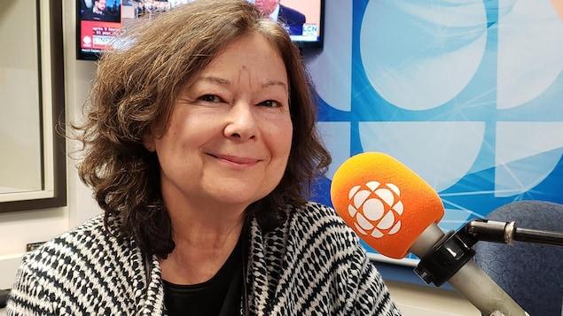 Sylvie Tremblay en studio face à la caméra
