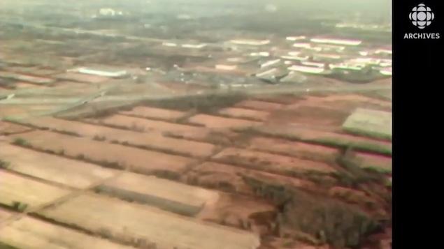 Vue aérienne de champs et de bâtiments de fermes dans la région de Montréal