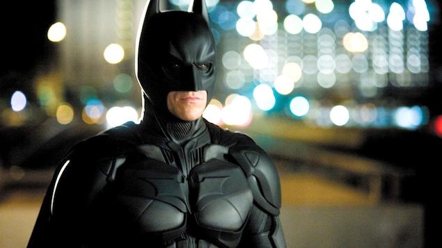 L'acteur Christian Bale porte le costume noir de Batman dans le film The Dark Knight.