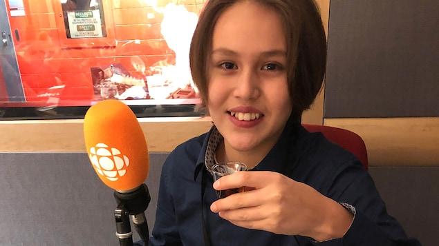 Le jeune de 11 ans goûte du sirop d'érable