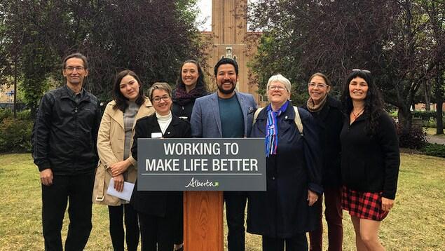 Le ministre  de la Culture et du Tourisme Ricardo Miranda est entouré des représentants des associations francophones de Calgary.