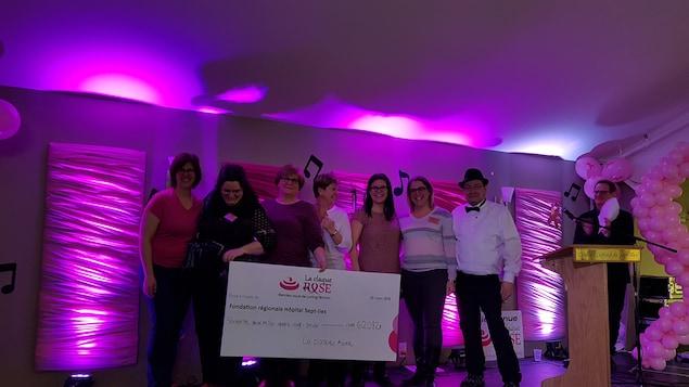Comité organisateur du 10e Rendez-vous de la claque rose à Sept-Îles 2018 présentant un chèque de 62 082 $ pour la lutte contre le cancer du sein.