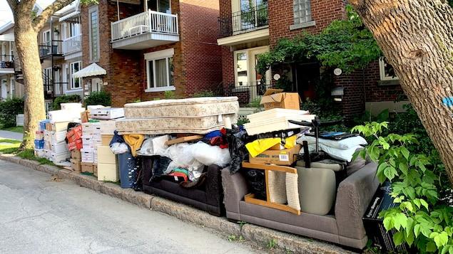 Des déchets sur le bord de la rue.