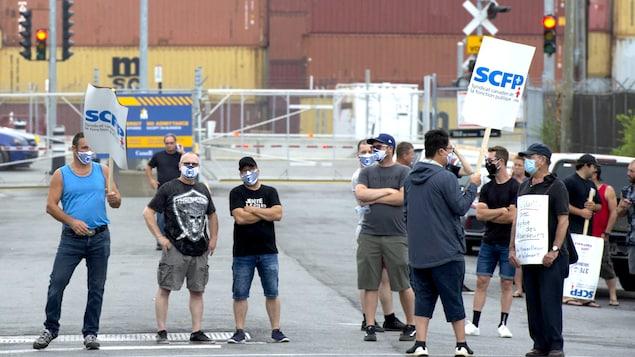 Une manifestation des débardeurs sur le port de Montréal