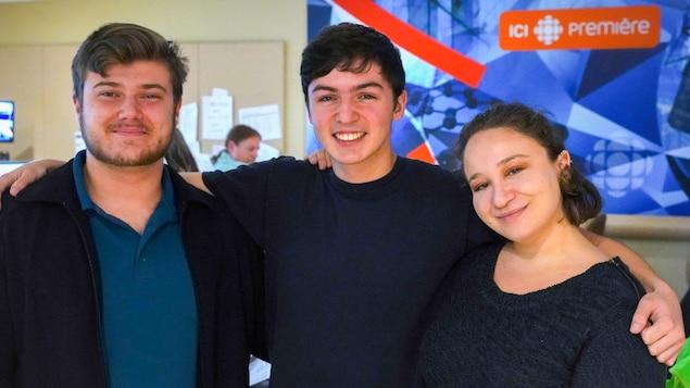 De gauche à droite : Matthew Stachiew, étudiant en économie; Félix Beauchemin, étudiant en relations internationales; et Mélissa Iguer, actrice.