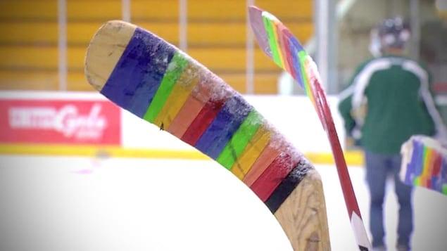 Un bâton de hockey avec du ruban à gommer arc-en-ciel.
