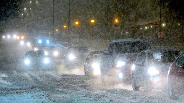 Des automobiles dans la tempête.