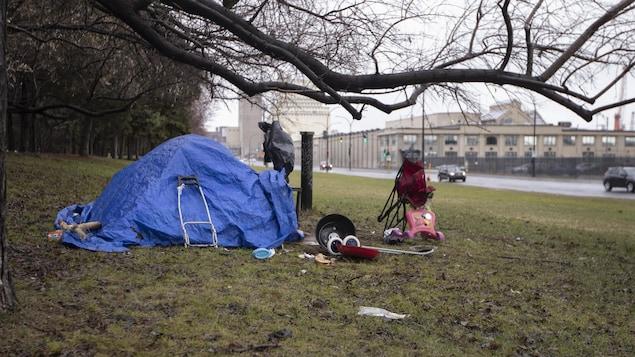 Une tente est érigée sur le bord de la rue Notre-Dame, dans l'est de l'île de Montréal.
