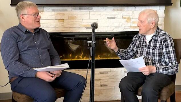 Rosaire Pelletier fait une entrevue chaque jour avec Daniel Beaulieu, directeur de sa résidence à Alma.