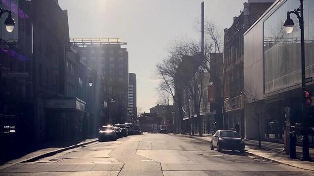 À Montréal, la rue Saint-Laurent est pratiquement déserte à l'heure de pointe.