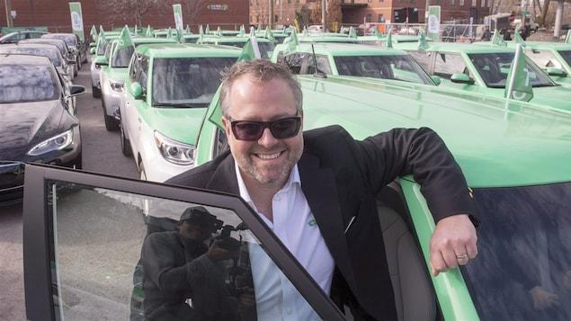 Alexandre Taillefer devant quelques taxis Téo.