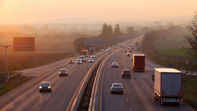 Des voitures et des camions circulent sur une autoroute.