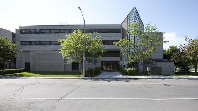 Facade du bâtiment Robert Sutherland de l'Université Queen's à Kingston