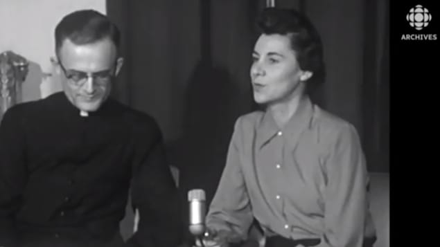 La journaliste Judith Jasmin interviewe à l'automne 1955 l'abbé Roger Maltais sur l'évolution de l'Université de Sherbrooke.
