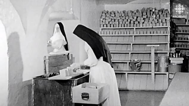 Deux Ursulines au travail dans leur monastère (circa 1930)