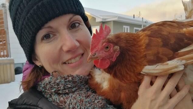 Une femme avec une poule