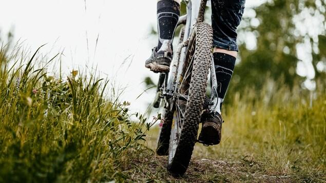 Un gros plan sur une roue de vélo.