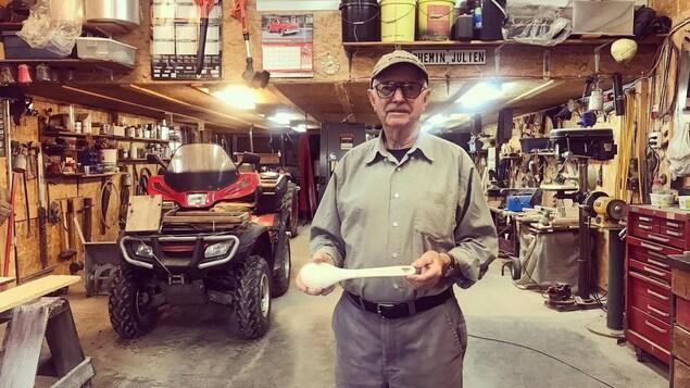 Victor Jetté sculpte des outils de cuisine en bois
