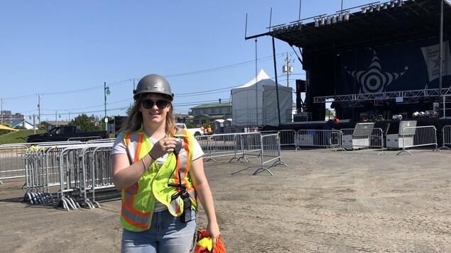 Shana Maltais, dans le feu de l'action, qui coordonne l'équipe du Vieux-Quai en Fête durant le montage du site dehors.