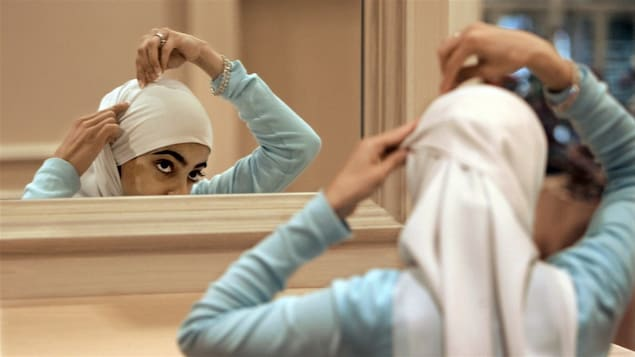 Une femme porte le voile islamique.