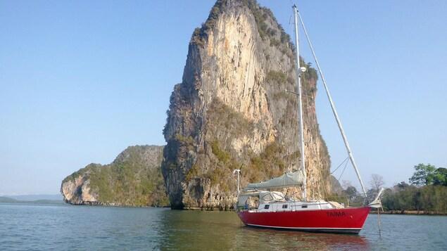 Yvon Legault a passé 11 ans à voyager autour du monde sur son voilier Taima, en compagnie de sa conjointe Carmelle et de ses deux chats Snoro et Noirot.