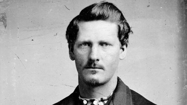 Photo d'archives en noir et blanc montrant le portrait d'un homme.