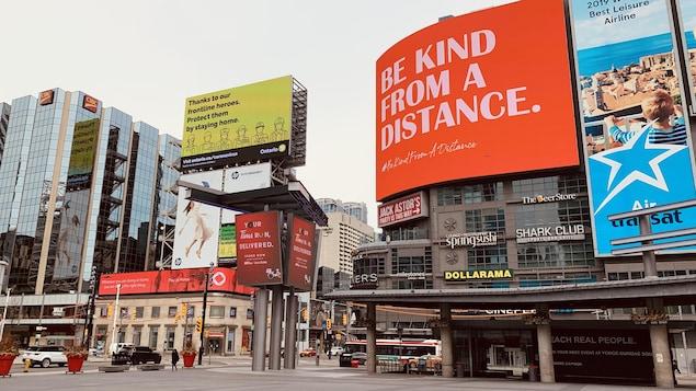 Des panneaux d'affichage numériques à la place Yonge and Dundas à Toronto.