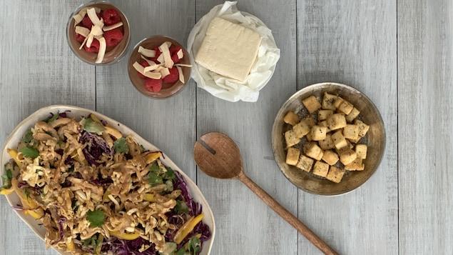 Salade thaïe de tofu à la sauce aux arachides, mousse au chocolat au tofu et cubes de tofu au poivre.