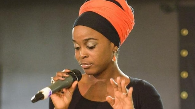 La chanteuse d'origine béninoise, Carine Au Micro.