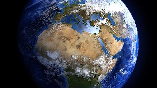 La planète Terre avec des nuages au-dessus de l'Afrique et de l'Europe.