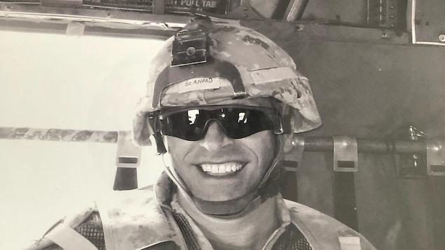 Le capitaine à la retraite des Forces armées canadiennes, Pierre Bernard portant un casque et des lunettes soleil.