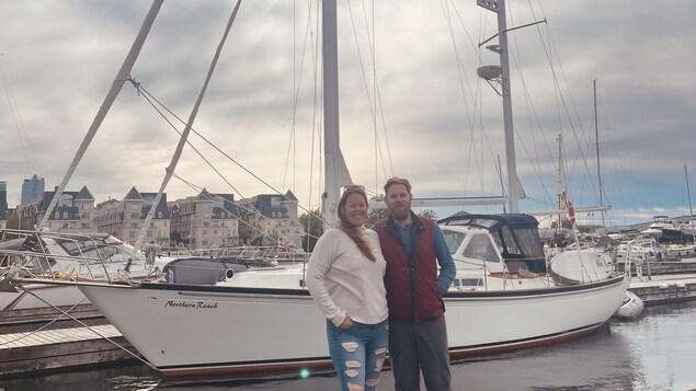 Talia Massé Dowd et Michel Savoie devant leur bateau dans une marina de Toronto.