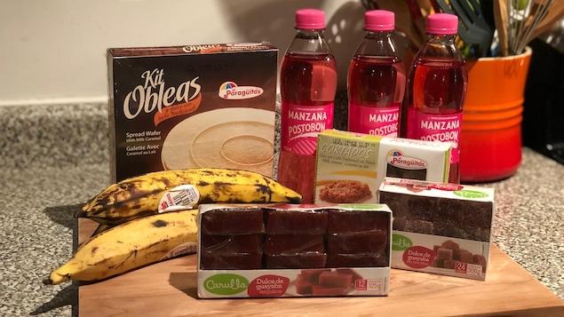 Des bananes plantain, des gelées à la goyave, des desserts à base de dulce de leche et des boissons gazeuses Manzana Postobon.